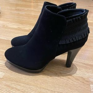 New high heel shoes (size 8 1/2)